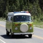Et sjældent dyr: En klassisk VW med en hel familie på camping.
